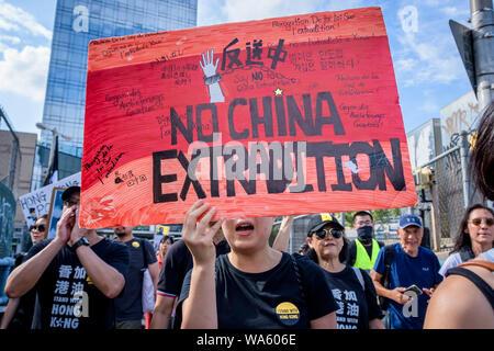 """New York, Stati Uniti. 17 Ago, 2019. Centinaia uniti gruppo attivista Newyorkesi il supporto di Hong Kong (NY4HK) in un rally su agosto 17, 2019 a Confucio Plaza, a Chinatown seguita da marzo a Manhattan Bridge piccolo parco, per mostrare il loro sostegno per Hong Kong la continua pro democrazia lotta. Questa è stata programmata per coincidere con il """"Diritti umani"""" anteriore rally in Victoria Park Hong Kong nonché altre tre previste manifestazioni di protesta che si svolgono in Hong Kong questo fine settimana. (Foto di Erik McGregor/Pacific Stampa) Credito: Pacific Press Agency/Alamy Live News Foto Stock"""