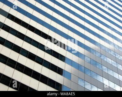 Vista astratta di alti edifici moderni Foto Stock