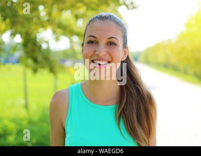 Il brasiliano donna sorridente con un perfetto sorriso bianco all'aperto nel parco. Foto Stock