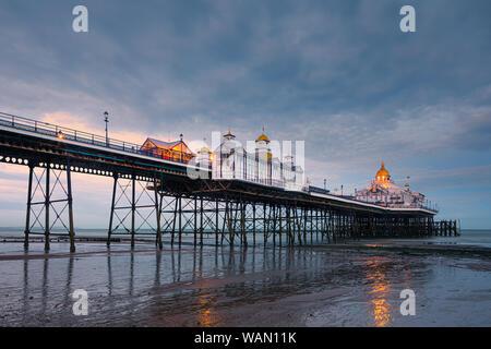 Eastbourne Pier è un piacere sul mare dal molo di Eastbourne, East Sussex, sulla costa sud dell'Inghilterra. Foto Stock