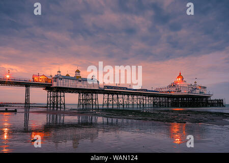 Eastbourne Pier è un piacere sul mare dal molo di Eastbourne, East Sussex, sulla costa sud dell'Inghilterra.