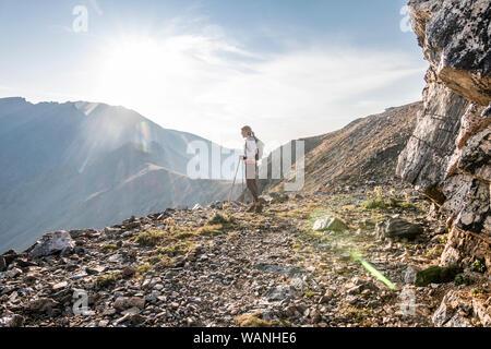 Una giovane donna trail runner si prende una pausa in alto sul Arapaho Pass