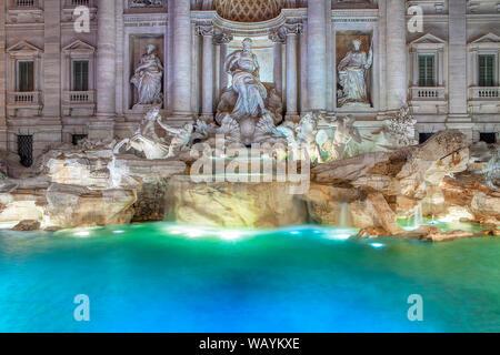 Illuminazione della celebre Fontana di Trevi a Roma Foto Stock