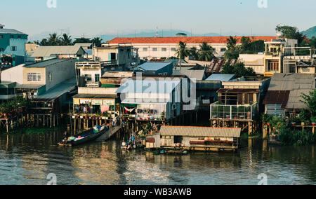 Chau Doc, Vietnam - il Sep 3, 2017. Le case galleggianti sul fiume Mekong in Chau Doc, Vietnam. Chau Doc è una città nel cuore del Delta del Mekong, in Vietnam Foto Stock