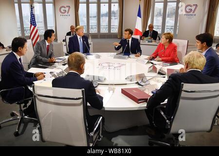 Canada il Primo Ministro Justin Trudeau, la Gran Bretagna è il primo ministro Boris Johnson, in Germania il Cancelliere Angela Merkel, il Presidente del Consiglio europeo Donald Tusk, in Francia la Presidente Emmanuel Macron, Primo Ministro italiano Giuseppe Conte, Giappone il Primo Ministro Shinzo Abe e il presidente statunitense Donald Trump si incontrano per la prima sessione di lavoro del Vertice G7 di Biarritz, Francia.