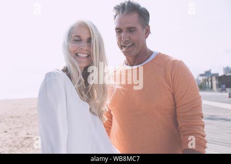 Felice coppia senior trascorrere il tempo in spiaggia. Nozioni sull'amore,l'anzianità e persone