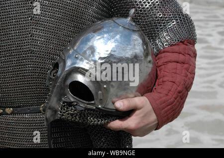Warrior casco in mano di una persona vestita in mail a catena