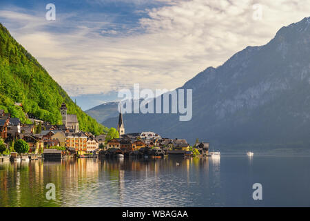 Hallstatt Austria, natura paesaggio di Hallstatt village con il lago e montagna