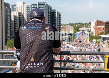 Lupi Coral Challenge Cup Final 2019 allo Stadio di Wembley - Widnes Vikings sostenitore orologi ventilatori lungo Wembley modo