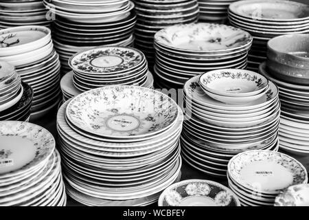 Telaio completo colpo di piastre impilate sul tavolo Foto Stock