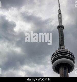 Basso angolo vista della CN Tower contro il cielo nuvoloso
