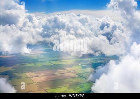 Verde erba campi, foreste, cielo blu e bianco cumulus soffici nuvole sfondo panoramico vista aerea, soleggiata giornata estiva natura paesaggio vista superiore