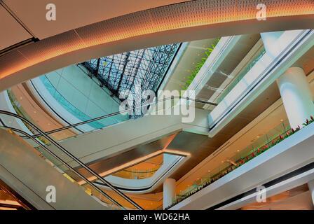 Interno del Raffles City shopping mall che mostra atrio principale con scale mobili e forte dettagli architettonici Foto Stock