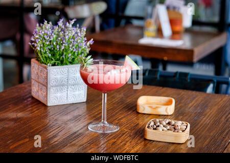 Freddo rinfrescante drink estivo Slushie anguria con basilico