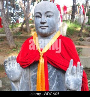 Statua di Budda contro alberi Foto Stock