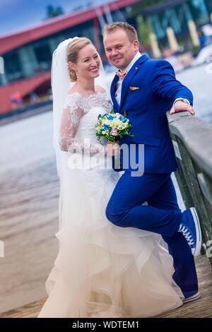 Happy Sposi permanente sulla passerella a Porto Foto Stock