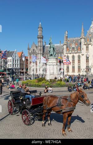 Belgio Fiandre Occidentali, Bruges, centro storico sono classificati come patrimonio mondiale dall'UNESCO, il carrello di fronte alla statua di Jan Breydel e Pieter De Coninck che ha guidato il Bruges mattine di 1302 massacrano i sostenitori del re di Francia con il Palazzo Provinciale di stile neo-gotico in background Foto Stock