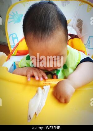 Close-up di Baby giocando con i prodotti alimentari Foto Stock
