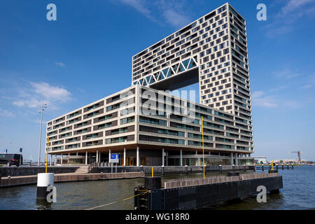 Moderno edificio di appartamenti in stile contemporaneo progetto di alloggiamento nel quartiere Houthaven e partenza in traghetto per NDSM area portuale