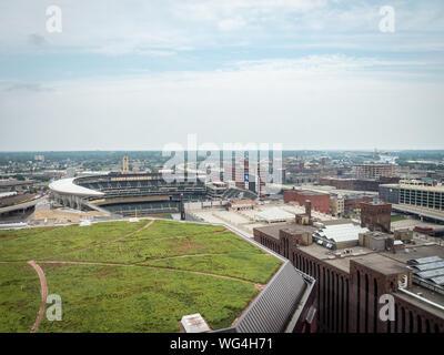 Minneapolis, Minnesota/STATI UNITI D'AMERICA 25 Maggio 2018: Campo Target e il Target Center di Minneapolis di notte da sopra