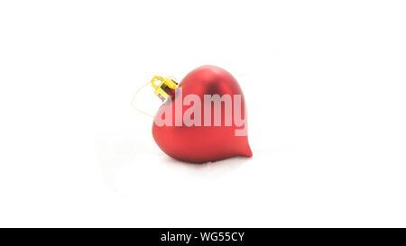 Cuore rosso albero di natale decorationl isolati su sfondo bianco Foto Stock