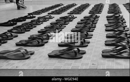 Flip-flop disposti sul pavimento Foto Stock
