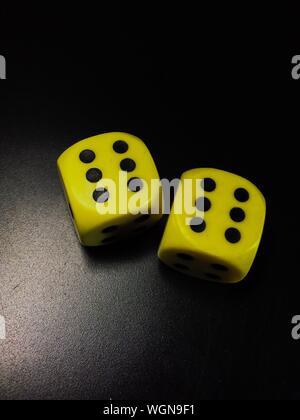 Elevato angolo di visione del giallo a dadi sul tavolo Foto Stock