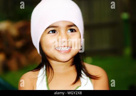 Close-up di Felice ragazza indossando Knit Hat cercando Foto Stock