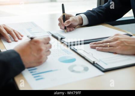 Business presentando ai colleghi in occasione di un incontro le idee di Design Concept e pianificazione con team lavorano insieme in ufficio e il concetto di imprenditorialità Foto Stock