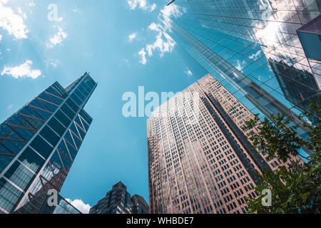 Grattacieli, il punto di vista da sotto a sopra, con riflessioni di nuvole in windows, il centro della città di Philadelphia, Stati Uniti d'America