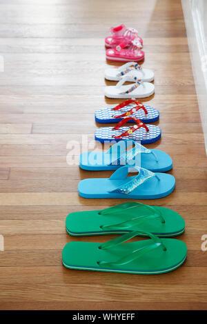 Fila di flip-flop sul piano vista in elevazione Foto Stock