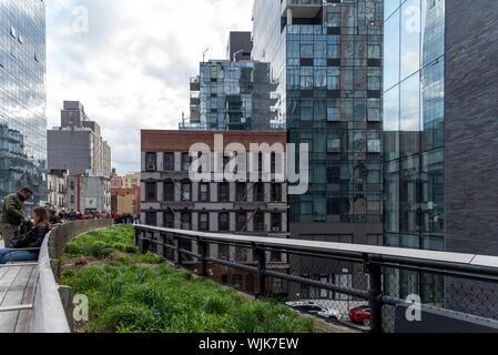 La città di New York, Stati Uniti d'America - 21 Aprile 2019: La linea alta, la libera entrata urbano parco pubblico su una storica linea ferroviaria, la città di New York Manhattan. Le persone sono en