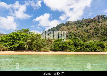 Idillica spiaggia vuota nell Isola di Tioman nel Mare della Cina del Sud in Malesia in una giornata di sole nel sud-est asiatico. Foto Stock
