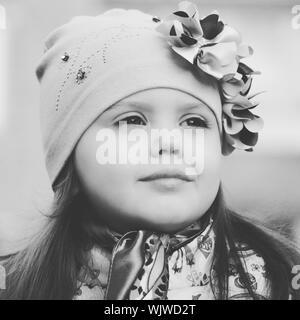 Close-up di una ragazza che indossa Knit Hat mentre guarda lontano Foto Stock