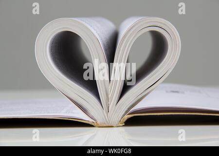 Due pagine in un libro aperto che crea una forma a cuore