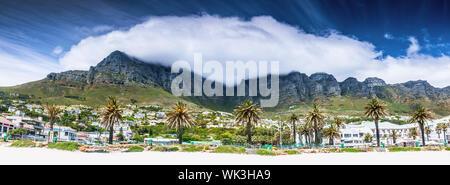 Cape town beach, bellissimo paesaggio, gorgeous beach resort in alta montagna e maestosa città vista, viaggio a Africa Foto Stock