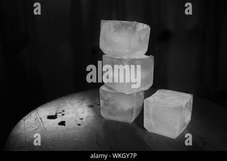 Close-up di cubetti di ghiaccio su sfondo nero Foto Stock