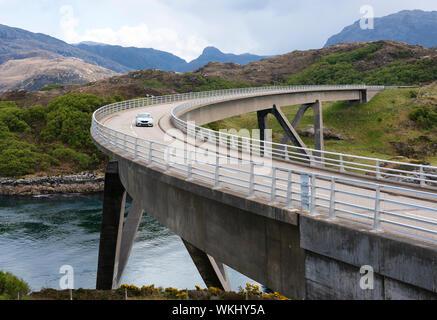 Guida auto sul ponte Kylesku sulla costa nord 500 tourist motoring rotta nel nord della Scozia, Regno Unito
