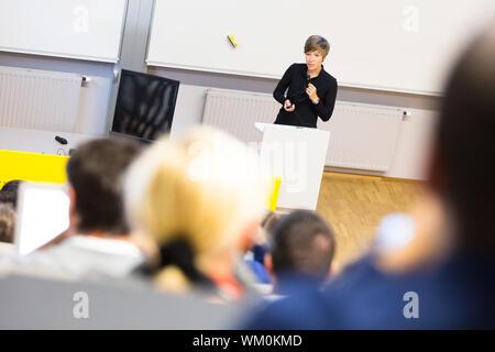 Altoparlante dando la presentazione nell aula magna dell università. Ascolto dei partecipanti alla conferenza e rendendo note. Foto Stock