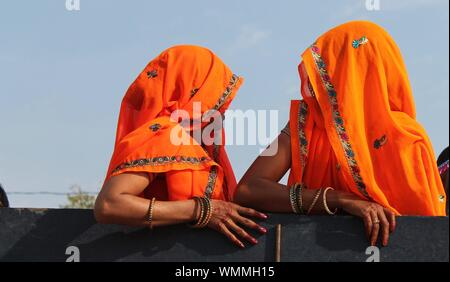 Ritratto di due donne indiane indossando Saris