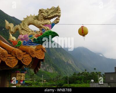 Basso angolo vista del dragone cinese a bordo del tetto Foto Stock