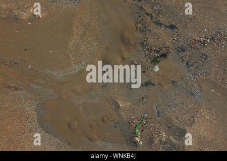 Un punto sulla spiaggia dove un fresco e naturale di acqua primavera perdite fino alla superficie spostando i granelli di sabbia come un vulcano in miniatura quando visto dal di sopra.