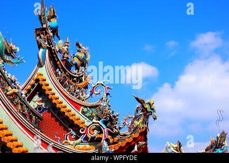 Creative il tetto del tempio Cinese contro il cielo blu Foto Stock