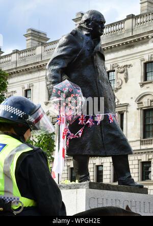 Londra, Regno Unito. 04 Sep, 2019. Nel corso di una dimostrazione contro i sostenitori della Brexit, ufficiali di polizia e stare di fronte al Parlamento e la statua di Winston Churchill (r). Credito: Waltraud Grubitzsch/dpa-Zentralbild/ZB/dpa/Alamy Live News