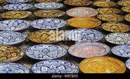 Telaio completo colpo di multi colore piatti di porcellana per la vendita Foto Stock