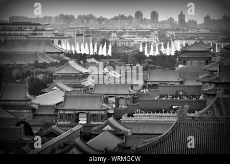 Lo skyline di Pechino dal palazzo della Città Proibita di tetti e di piazza Tiananmen nel retro, Cina Foto Stock