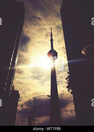 Basso angolo vista della CN Tower contro il cielo nuvoloso sulla giornata di sole