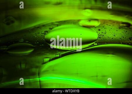 Immagine astratta di verde bolle di acqua sul vetro