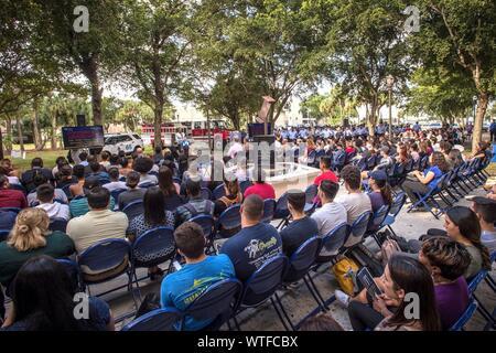 Miami, Stati Uniti d'America. Undicesimo Sep, 2019. Numerose le persone che frequentano la commemorazione del 18° anniversario degli attacchi dell'11 settembre sul campus del nord di Miami Dade College (MDC) in Miami Florida, Stati Uniti d'America, 11 settembre 2019. Credito: Giorgio Viera/EFE/Alamy Live News Foto Stock