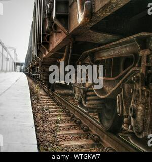 Close-up del treno sul binario ferroviario Foto Stock